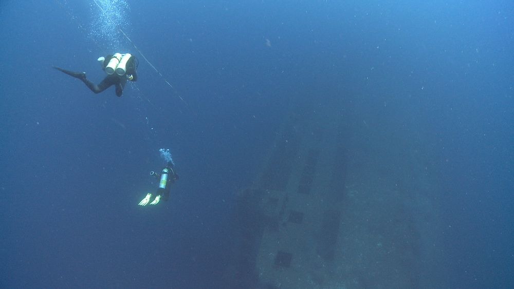 Divers descending on the San Juan Wreck in Cebu